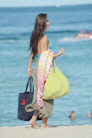 Anais Zanotti leaving the beach