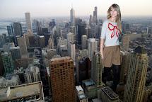 Docop' Size Taylor Swift Walking In City