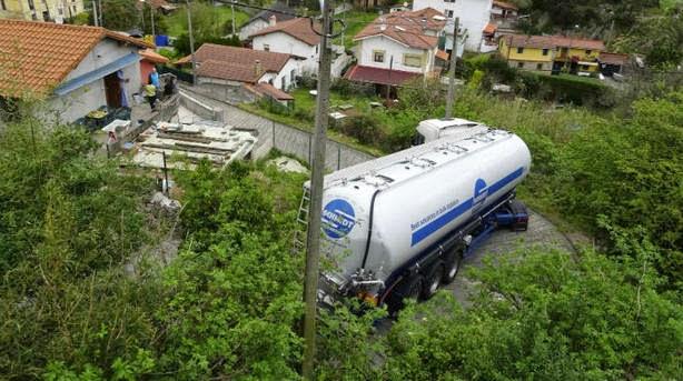 El camión cisterna atascado en el barrio abantoarra. (Zigor Alkorta)