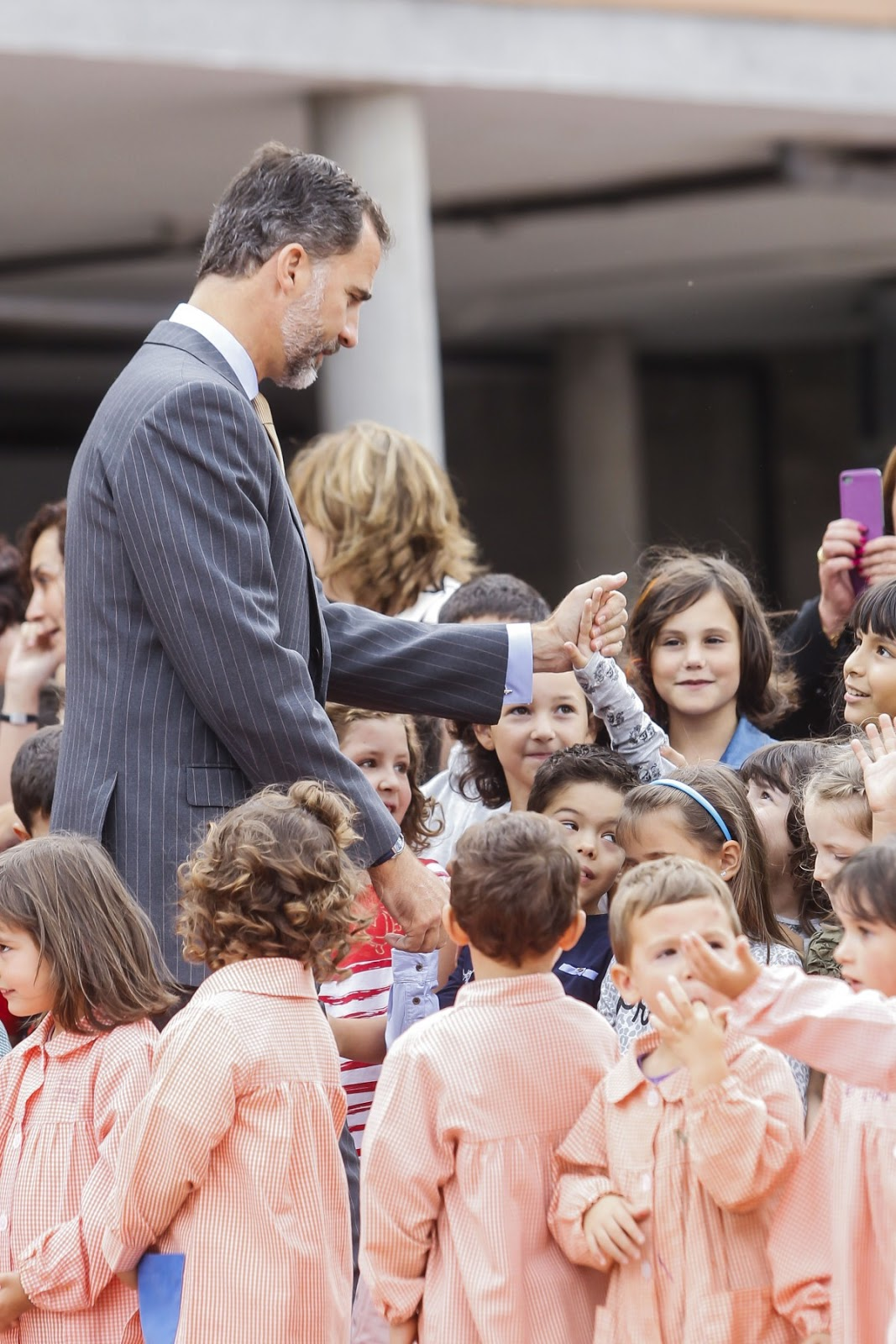 Queen Letizia in particular received a warm and adorable welcome by a girl, who threw her arms around the Queen's legs.