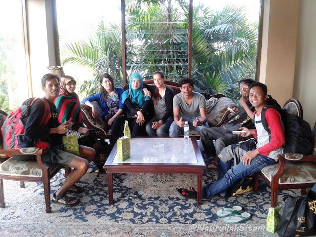 Duduk di lobi Hotel Puri Asri, Magelang
