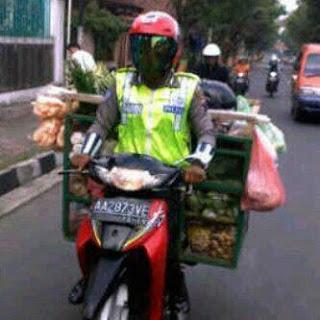 gambar gokil polisi dagang sayuran Foto Unik dan Aneh Yang Bikin Anda Jingkrak Abis