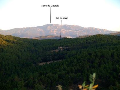 En primer terme Cal Geperut i al fons la Serra de Queralt