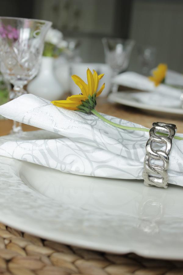 servettringar, cervera, dukning, blommor till dukning, vita tallrikar, skriva på glas med vit penna