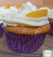 http://cecilecupcakecafe.blogspot.de/2013/10/pfirsich-aprikosen-cupcakes-mit-weiem.html