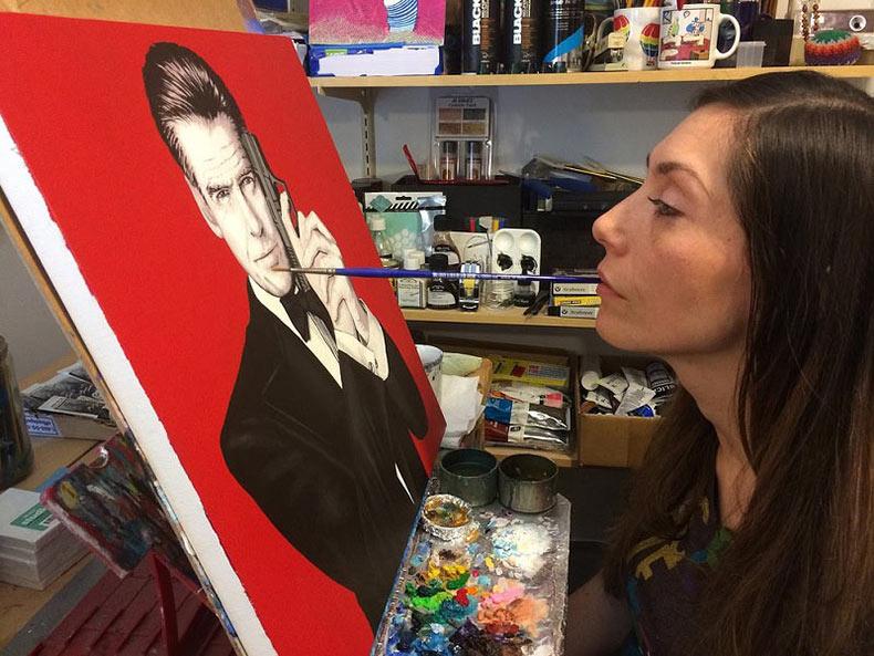 Artista con parálisis Mariam Paré pinta con su boca