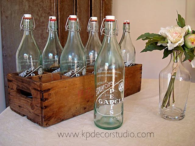 Venta de lote de botellas antiguas con sifones y caja de madera litografiada para decoración vintage