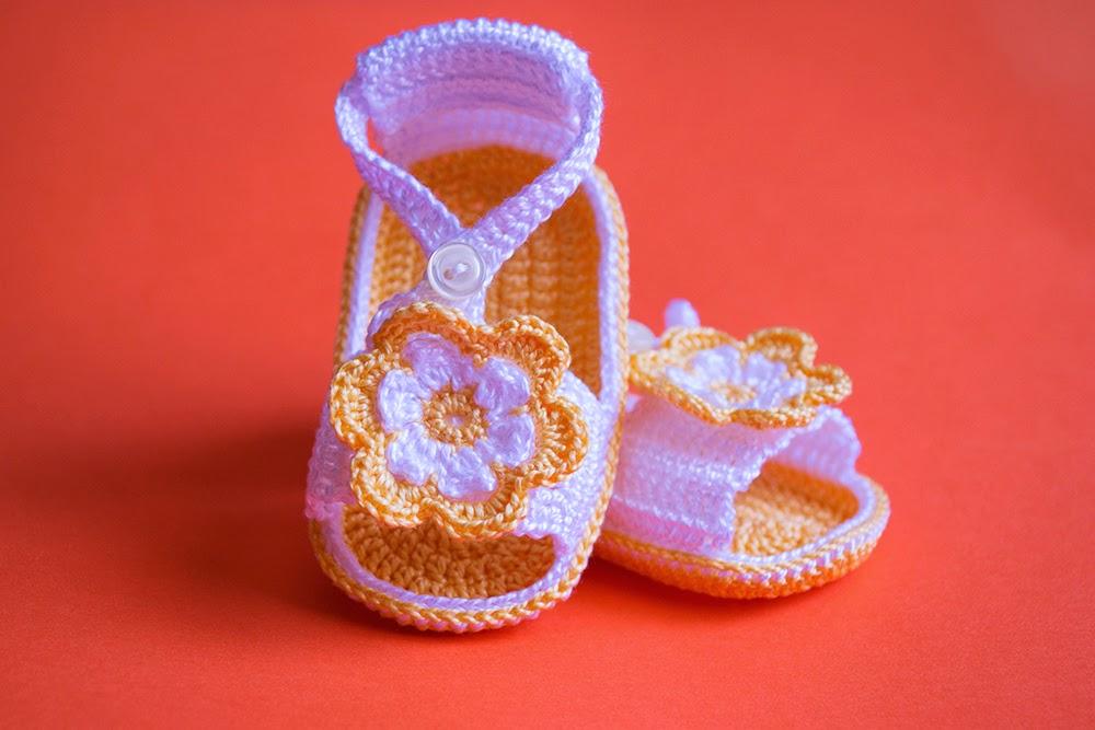 Sandalias amarillas con flor de ganchillo para bebé