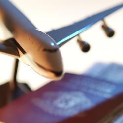 maquette d'un avion avec un passeport