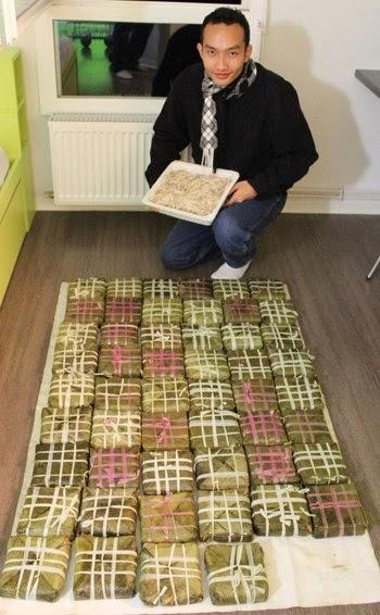 Sinh viên Việt gói bánh chưng trên đất Pháp