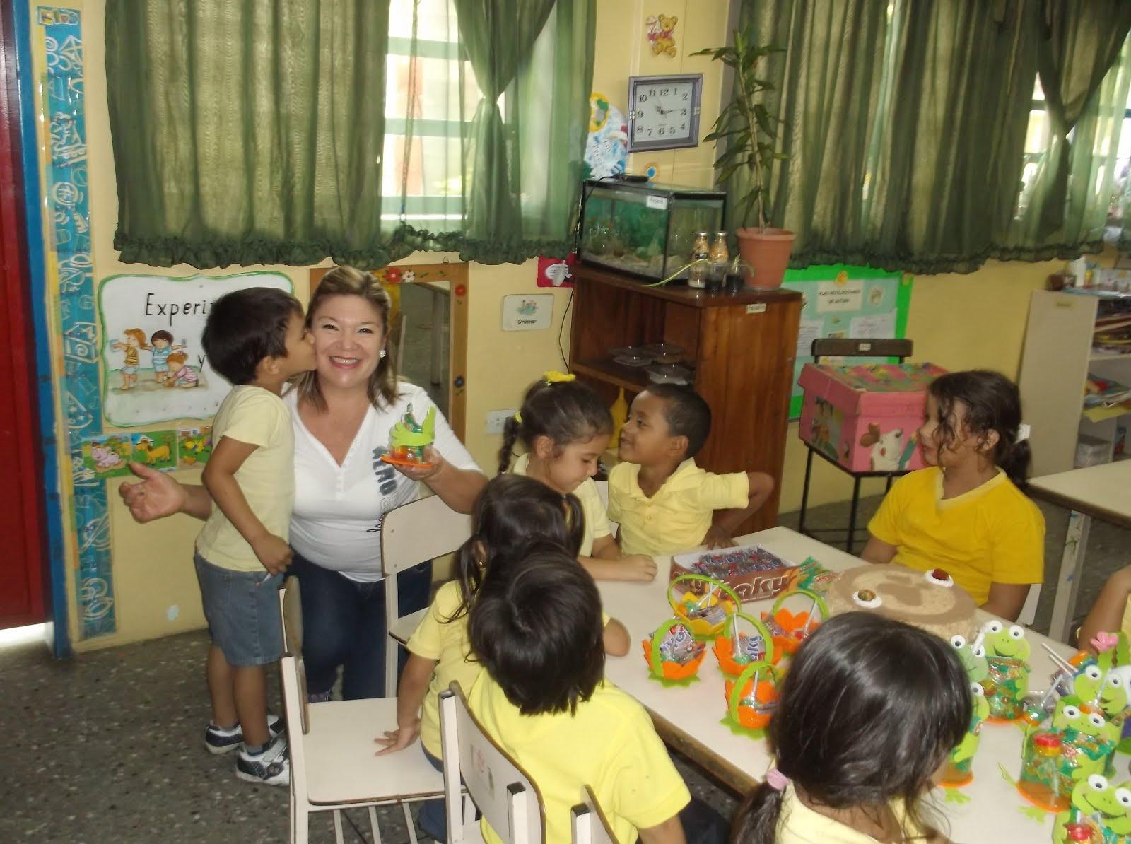 Bella mi profe con esos niños inquietos y contentos.