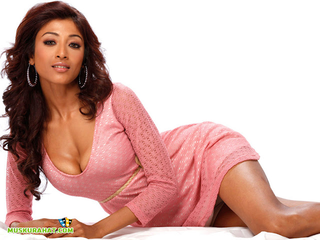 Paoli Dam Sexy Breast and Legs Show