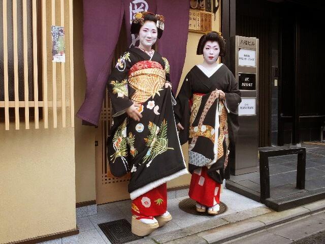 置屋「岡とめ」さんでは舞妓さんの初デビューを飾る「お店だし」があった。