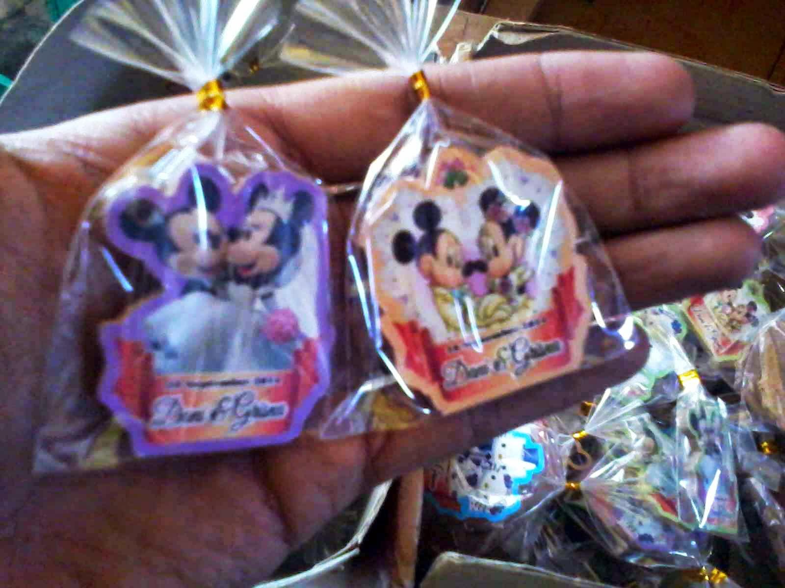 Grosir Souvenir Pernikahan Gantungan Kunci/Bross/Magnet Kulkas Gambar Bisa Request Murah