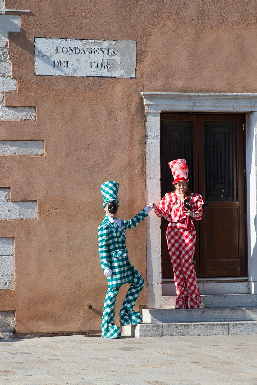 costumed couple on doorstep, Fondamente dei Forno