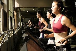 Menggunakan Alat Fitness