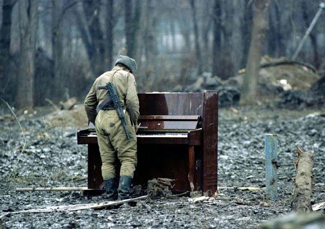 عجائب الدنيا وهل تعلم - جندي روسي يلعب على بيانو مهجورة في الشيشان سنة 1994.