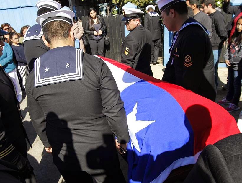 http://www.soychile.cl/Valparaiso/Sociedad/2015/04/24/318279/Viuda-de-marino-fallecido-en-Haiti-denuncio-que-Gobierno-envio-condolencias-con-el-nombre-de-otro-unfiromado.aspx