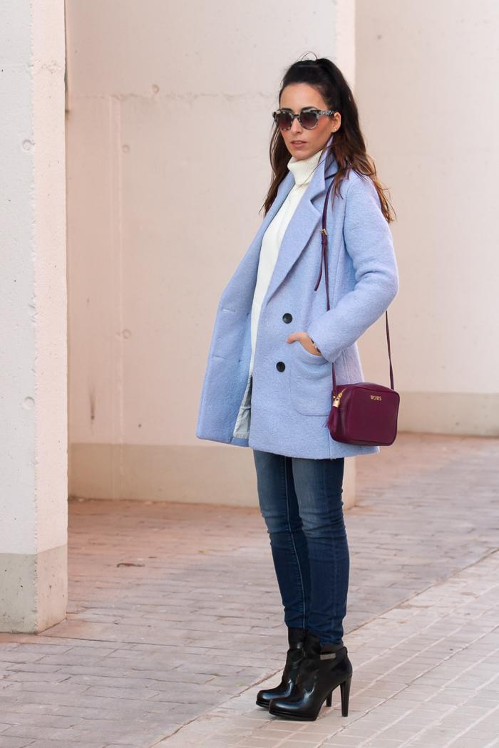 Look con abrigo azul claro pastel bebe vaqueros Meltin Pot y botines French Connection de cuero y pelo de nueva coleccion