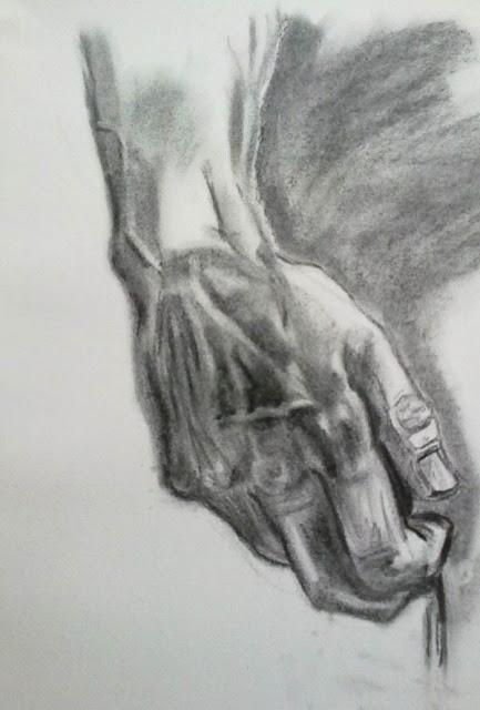 mano derecha del david con carboncillo