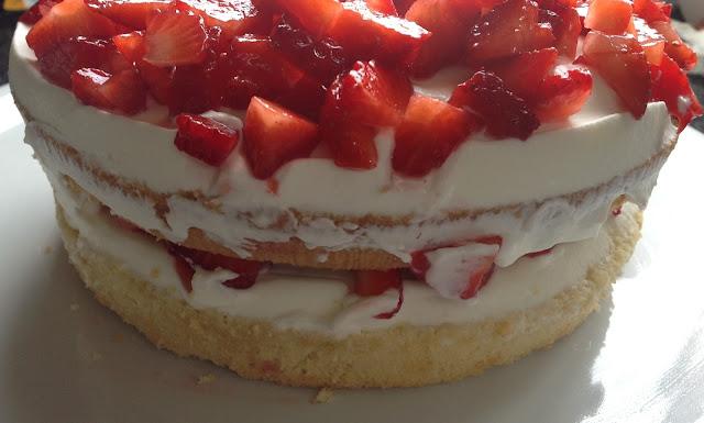 tarta de fresas con bizcochos