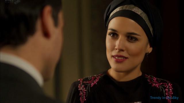 Sira Quiroga vestido negro con turbante. El tiempo entre costuras. Capítulo 8.
