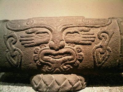 Teponaztli Azteca:Tambor representado en piedra.