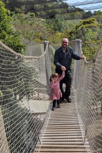 Paco y Helia en un puente colgante