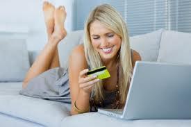 Mujer comprando online con tarjeta de crédito