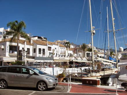 El puerto marbellí, donde se podían ver los mejores yates y los autos más lujosos de toda España.