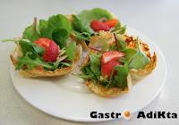Aperitivos crujientes de parmesano y romero con ensalada de espinacas y fresas
