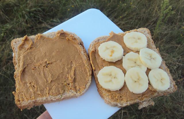 kanapka elvisa presleya z masłem orzechowym i  bananami z grilla