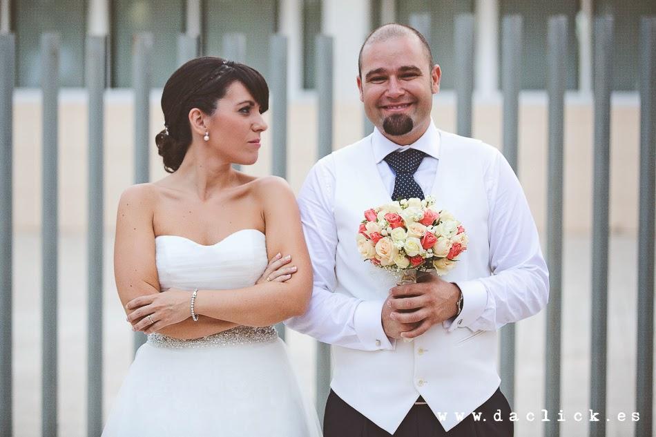 novio le quita el ramo de flores a la novia