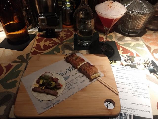 Taco de lengua con salsa verde, yema de huevo y sriacha. Yakitori de pancetta glaseada. Seis especias y cebolla tierna. Maridado con Manga(a) Rita