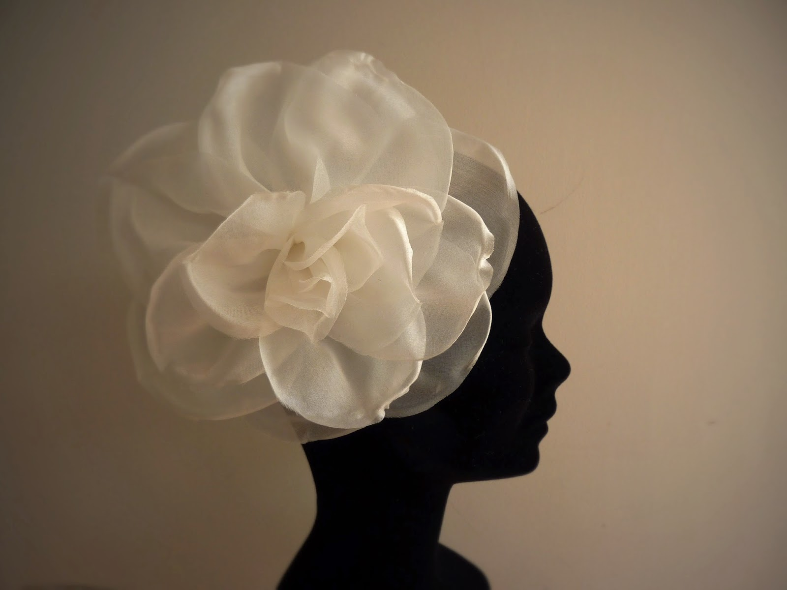 Fleur pour coiffure de mariée à Versailles
