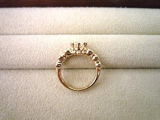 オーダーした婚約指輪(エンゲージリング)の横姿がお気に入りです。