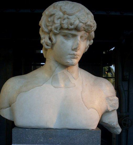 Antinoo, il Dio greco per il quale Adriano modificò il nome alle stelle..