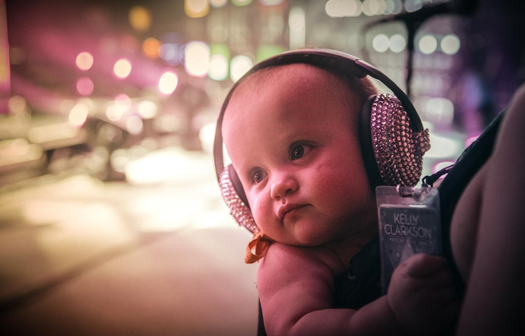 Kelly-Clarkson-Baby-River-Rose-with-Diamond-Headphones