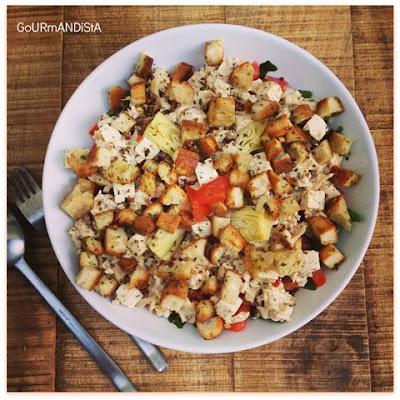 image-Salade de poulet rôti, salade verte, tomate, feta et mais