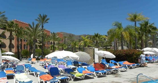 D 39 econom a blog las sombrillas en la piscina del hotel for Follando en la piscina del hotel