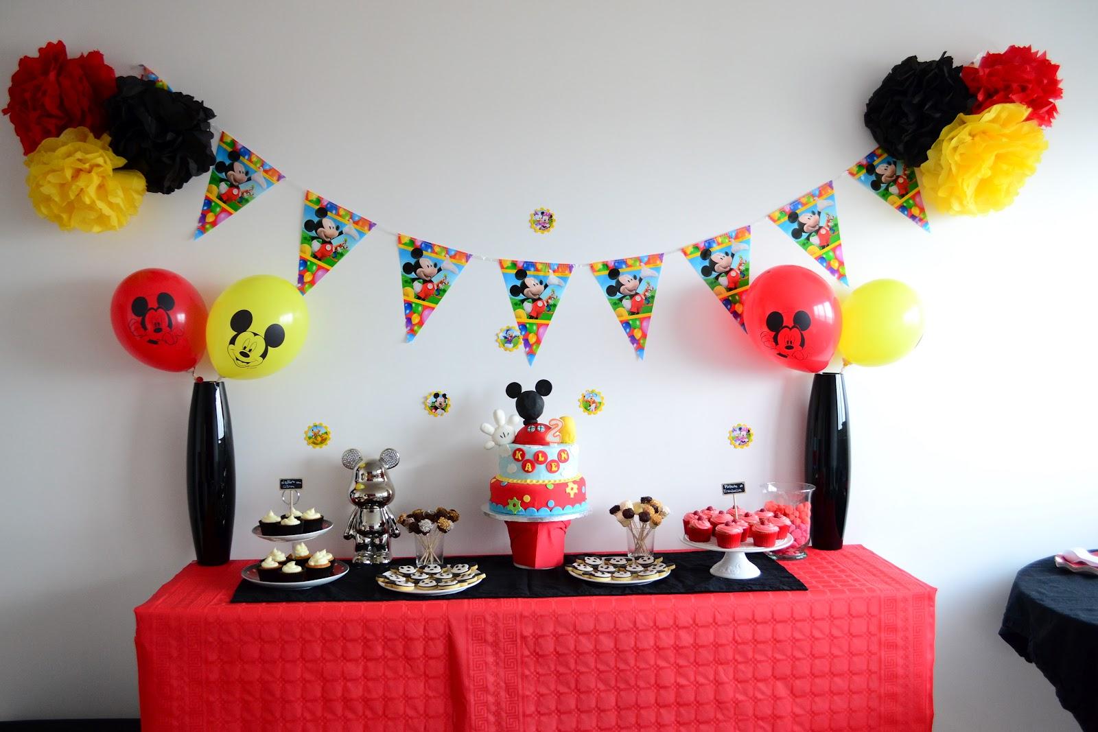 décoration rouge, noir et jaune