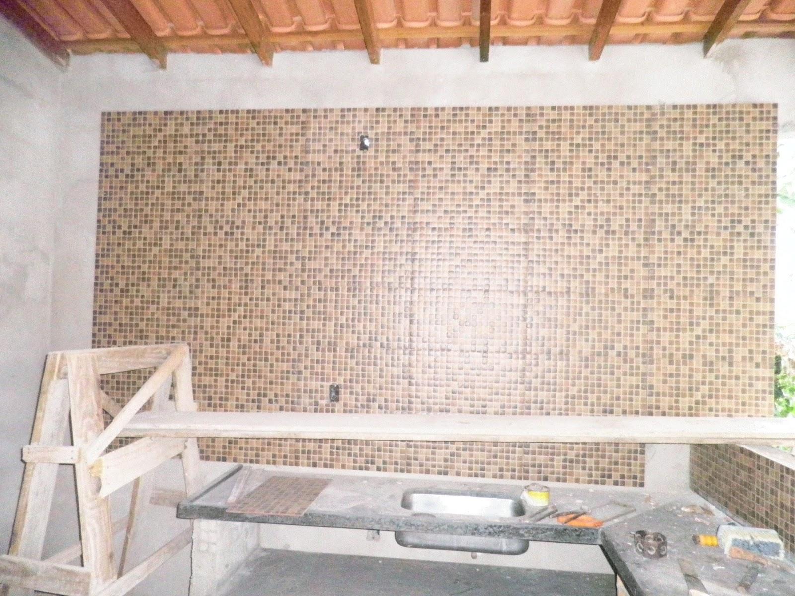 REFORMANDO A DISTANCIA: Revestimentos da Área de Lazer. #915D3A 1600x1200 Banheiro Com Pastilhas Douradas