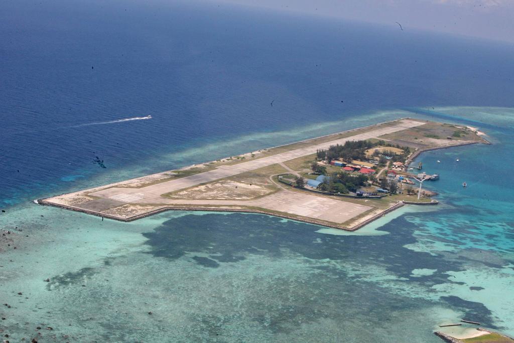 Китай протестировал ВПП на спорных островах в Южно-Китайском море
