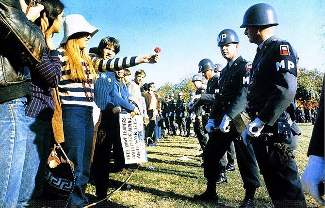 Сила цветов во время акций протестов против Вьетнамской войны в Арлингтоне, штат Вирджиния, 1967 год.