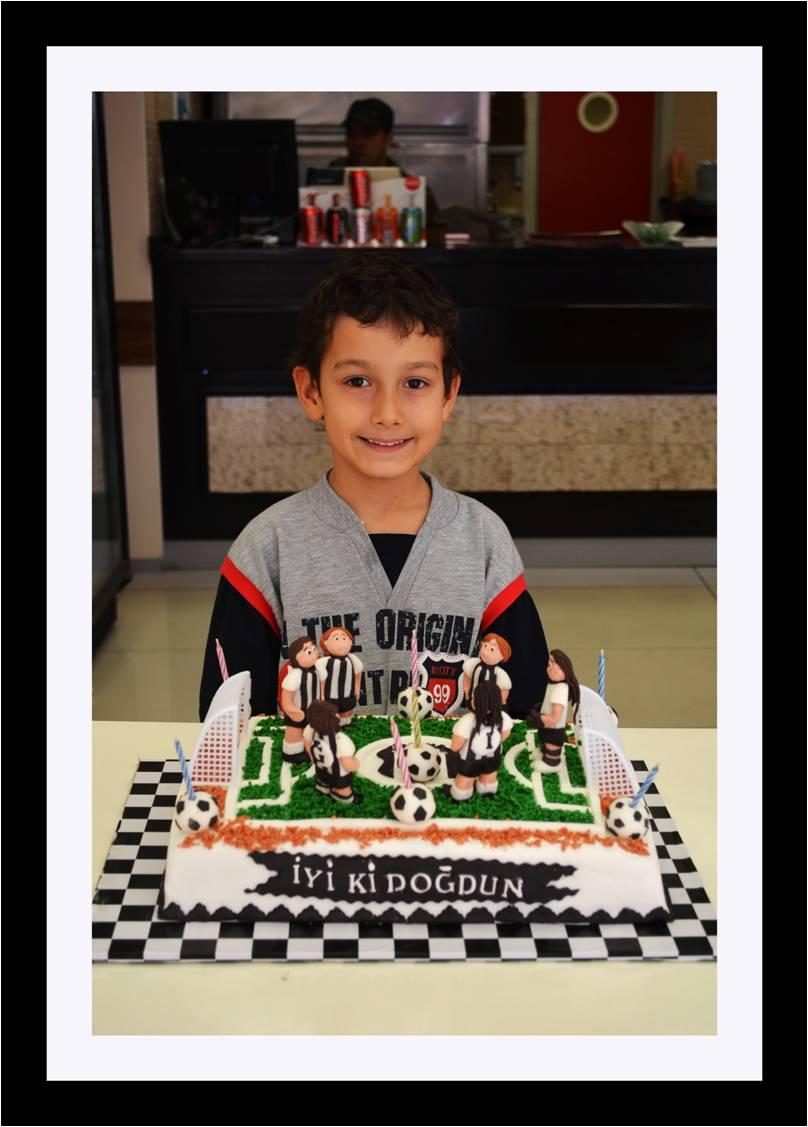 Günü için beşiktaş temalı pasta yapmamı istedi doğum günün