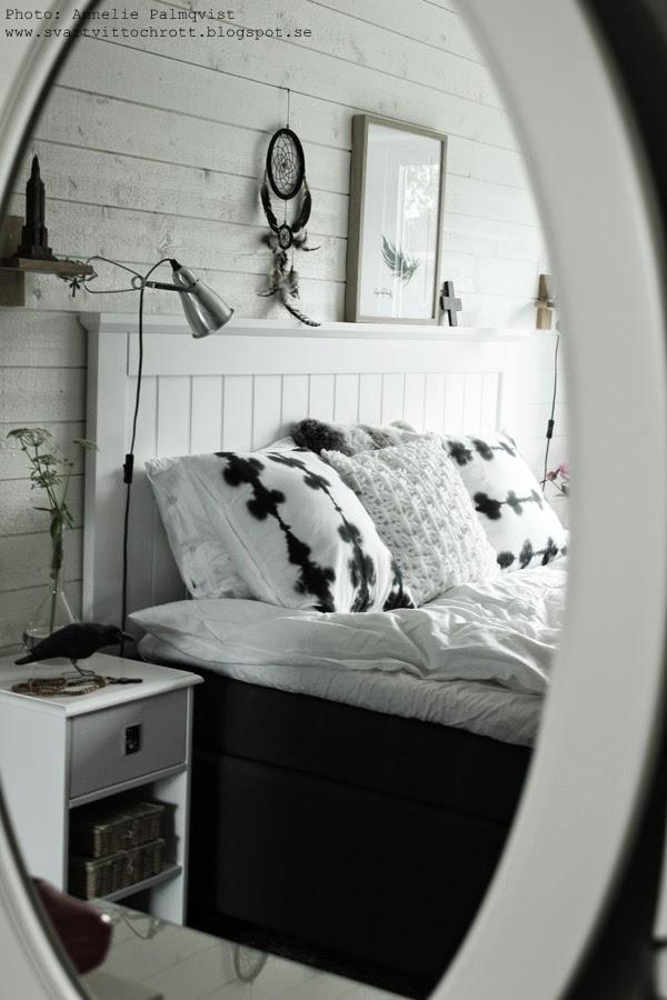 artprint, artprints, fjäder, svart, svarta, svartvita motiv på tavlor, tavla, tavlan, i spegeln, spegelbild, sovrum, sovrummet, vitt, inredning, detaljer, sänggavel, huvudgavel, sänggavlar, kuddar, kudde, hundkex,