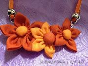 Etichette: cucito creativo collane collane con fiori di stoffa decorazione . (collana fiori stoffa arancio)
