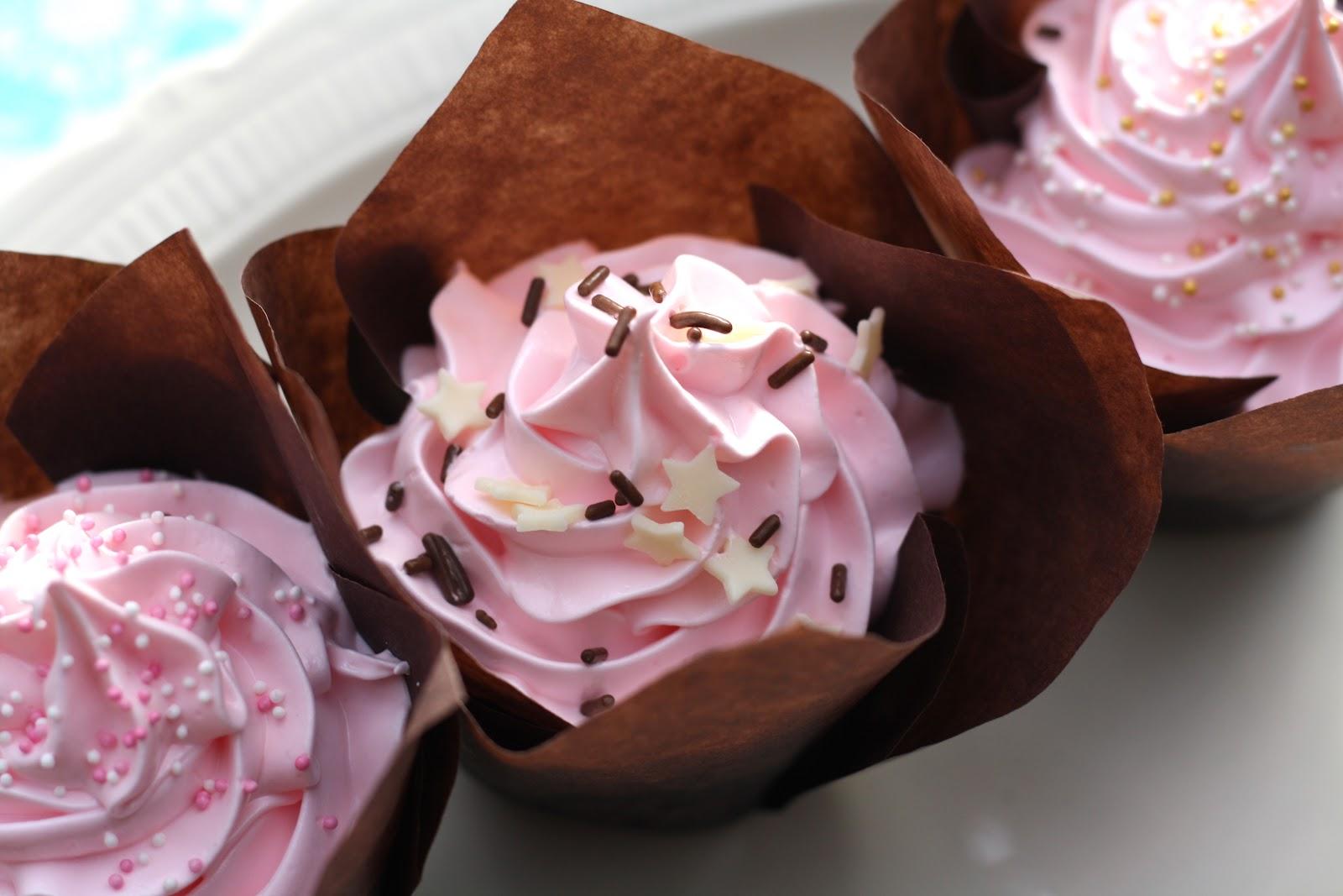 Chokoladecupcakes Med Hindbærcurd Italiensk Marengsfrosting