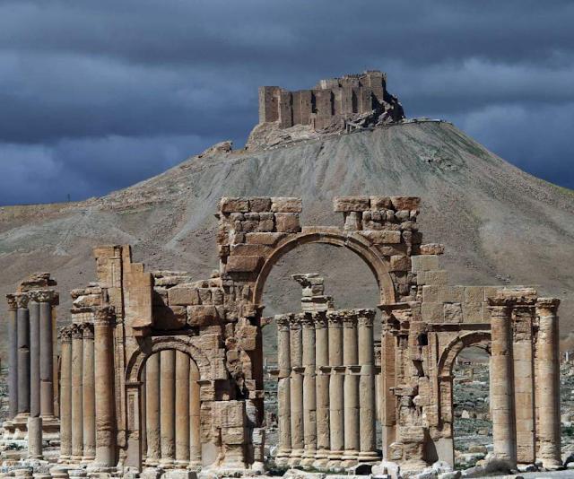 Séculos de idade ... milhares de anos de história ... destruídas