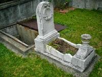 makam dengan anak tangga